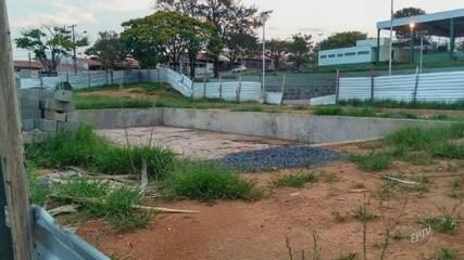 Moradores reclamam de condições de piscina semiolímpica abandonada em Valinhos
