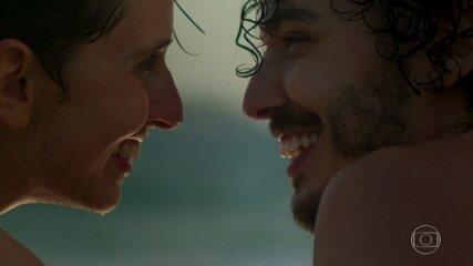Ivan e Cláudio se amam e se divertem na praia