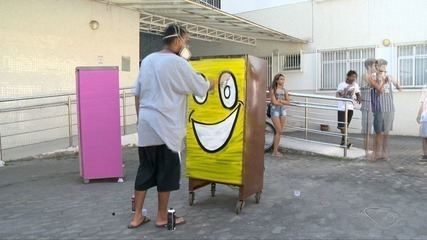 Homens tranformam geladeiras velhas em bibliotecas no bairro andorinhas, em Vitória