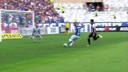 Alisson recebe de Arrascaeta, fica na cara do gol, mas chuta pra fora aos 39' do 1º Tempo