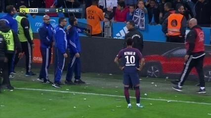 Torcida do Olympique joga objetos em Neymar que não cobra escanteio aos 29' do 1ºT