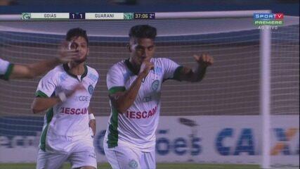 Luiz Fernando empata para o Guarani, em chute de fora da área, aos 37 minutos