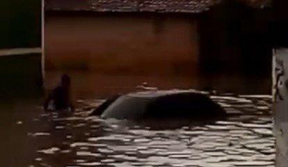 Chuva deixa moradores ilhados em Floriano e água chega a cobrir automóveis.