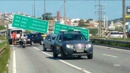 Placa de sinalização cai na BR-282 em Florianópolis e interdita rodovia