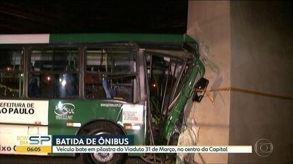 Ônibus bate em pilastra do Viaduto 31 de Março e deixa passageiros feridos no Centro de SP