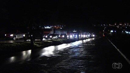 Homem morre após perder controle do veículo, invadir pista e bater em caminhão, em Goiânia