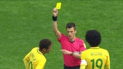 Árbitro pede auxílio de vídeo e Neymar recebe cartão amarelo , aos 10' do 2º tempo