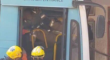 Vídeo mostra momento em que um homem que estava no prédio sai e passa por ônibus