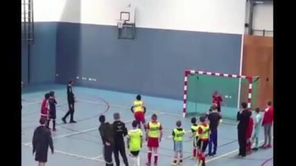 Jogador faz gol de pênalti no futsal amador e acaba acertando chuteira na cesta ao lado