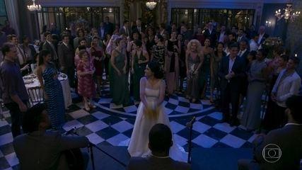 Raquel pega o buquê de Antônia e Nelito a pede em casamento