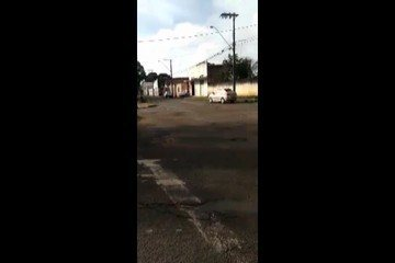 Um funcionário da Drogaria São Judas Tadeu, localizada na Avenida Miguel Saad, registrou imagens de um trecho com o asfalto cheio de trepidações e buracos.