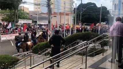 Servidores rompem barreira durante protesto na Assembleia Legislativa