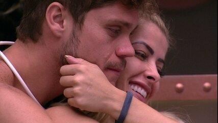 Breno e Jaqueline ficam abraçados e trocam carinhos