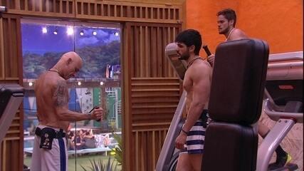 Ayrton treina na academia e Lucas ensina o movimento correto