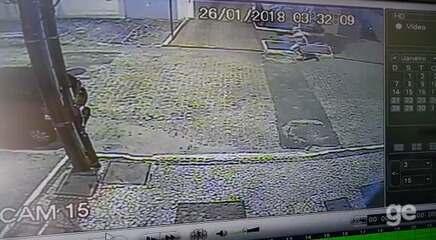 Câmeras de segurança flagram suspeito de esfaquear Warley na madrugada de sexta-feira