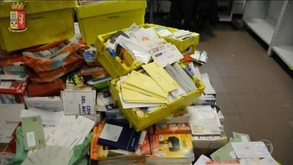 Polícia italiana prende carteiro que escondeu meia tonelada de cartas dentro de casa