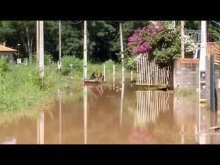 Rio transborda e alaga casas em Bom Jesus dos Perdões