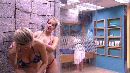 Jaqueline e Jéssica tomam banho juntas