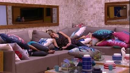 Jaqueline, Gleici e Ayrton dormem na sala
