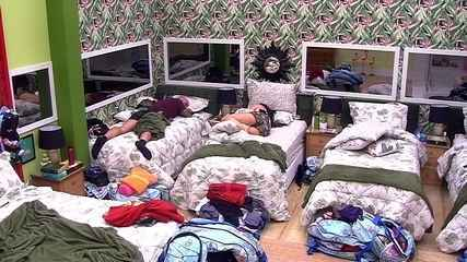Paula volta a dormir com Caruso no Quarto Tropical