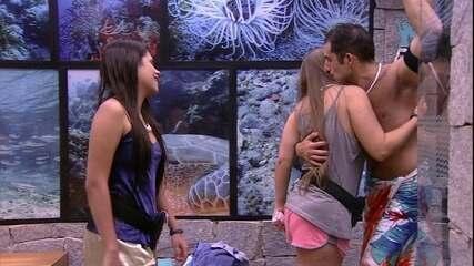 Sisters se despedem de Kaysar e brother pede beijo