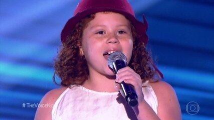 Lorena Fiori canta 'Flashlight', em sua estreia no programa