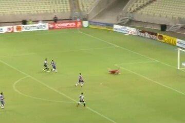 Elton recebe de Felipe Azevedo e, sozinho, coloca por cima do gol