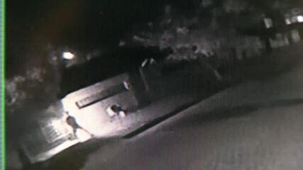 Vídeo mostra homem atirando produto inflamável dentro de residência em Boa Vista.
