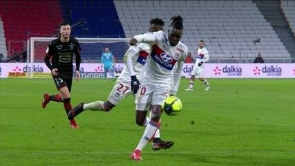 Que fase! Jogador do Lyon chuta a própria perna, tropeça e cai sozinho em campo