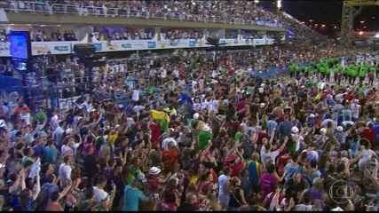 Público vai atrás da Beija-Flor no final do desfile