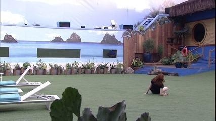 Ana Clara cai no jardim enquanto rodopia