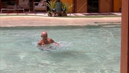 Ayrton cai na piscina e se enrola na hora de nadar