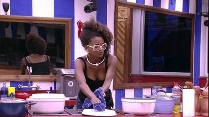 Nayara reclama: 'Mahmoud consegue ficar na cozinha o tempo inteiro e não ver que o feijão