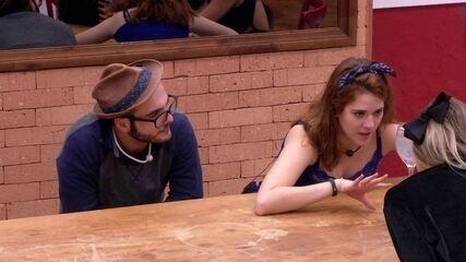 Ana Clara conta de selinho de Gleici e Wagner para Paula e Jéssica