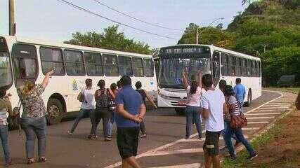 Moradores de São Carlos, SP, paralisam ônibus e exigem melhorias no transporte coletivo