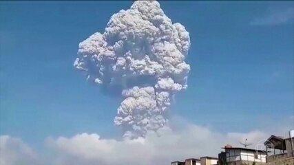 Vulcão Sinabung entra lança nuvem de fumaça a 5 mil metros de altitude