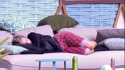 Jéssica dorme no sofá da área externa