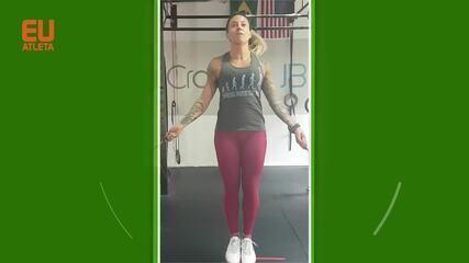 Quando avançar, pule mais alto para fazer a corda passar duas vezes embaixo do corpo