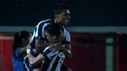 Gol do Botafogo! Marcinho acha Ezequiel, que cruza e Kieza abre placar, aos 17 do 1º tempo