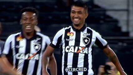 Gol do Botafogo! Pimpão cruza e Kieza cabeceia para marcar, aos 07' do 1º tempo
