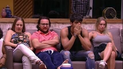 Brothers conversam na sala enquanto aguardam contato para Jogo da Discórdia