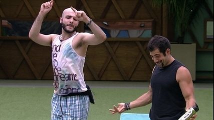 Mahmoud dança com Kaysar na parte externa