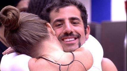 Patrícia abraça e beija Kaysar