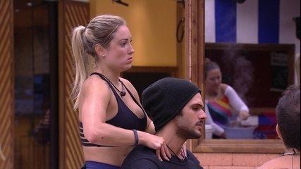 Jéssica faz massagem nos ombros de Lucas na cozinha do BBB