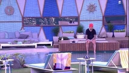 Caruso fica pensativo com os pés dentro da piscina após noite de Eliminação