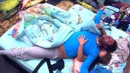 Patrícia abraça Diego e puxa brother para a cama