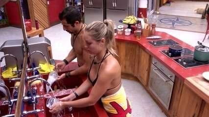 Kaysar e Jéssica lavam a louça