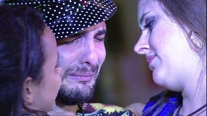 Mahmoud chora e é abraçado por Gleici e Patrícia