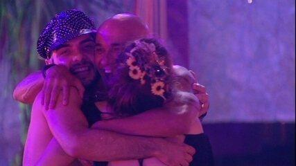 Ayrton, Ana Clara e Mahmoud dançam e se abraçam