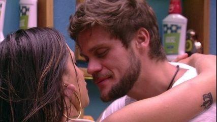 Paula e Breno se beijam